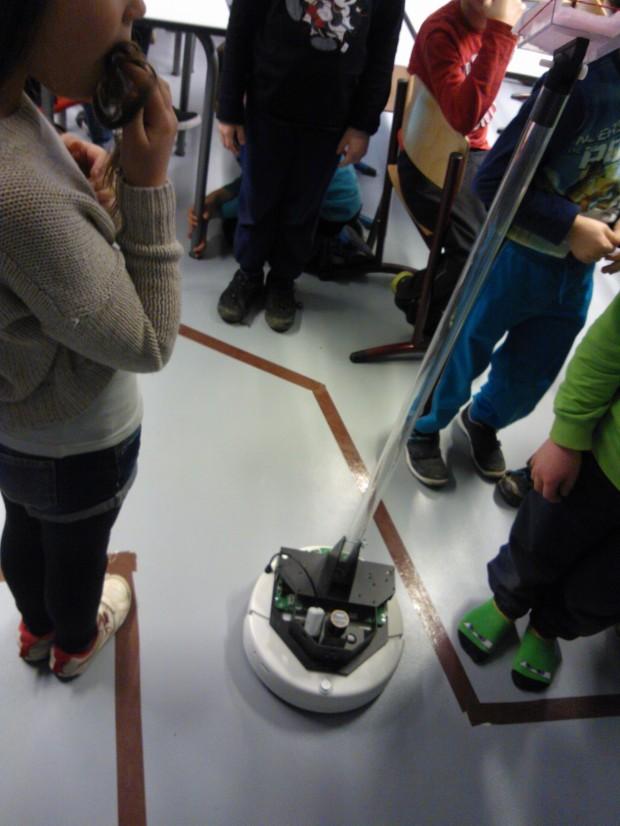 Jereä voi myös ohjata Android-puhelimella. Oppilaat pääsivät ohjaamaan Jereä teipillä rajatun radan läpi. Paras aika oli 1.31 min. kuljettajinaan Riina, Lumi, Tobias ja Iida